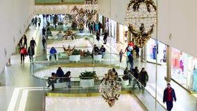 Πλήθη των αγοραστών στο κέντρο λεωφόρων φιλμ μικρού μήκους