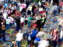 Πλήθη των ανθρώπων που κινούν τη θολωμένη αίθουσα συνεδρίασης των Συνθηκών Στοκ Εικόνες