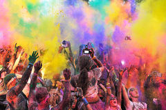 Πλήθη των μη αναγνωρισμένων ανθρώπων στο τρέξιμο χρώματος