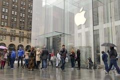 Πλήθη των πελατών έξω από τη Apple Store στη Νέα Υόρκη προ-που διατάζει το ρολόι της Apple Στοκ φωτογραφία με δικαίωμα ελεύθερης χρήσης