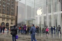 Πλήθη των πελατών έξω από τη Apple Store στη Νέα Υόρκη προ-που διατάζει το ρολόι της Apple Στοκ Φωτογραφία