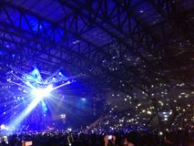 πλήθος ενθαρρυντικό στη συναυλία στοκ εικόνα