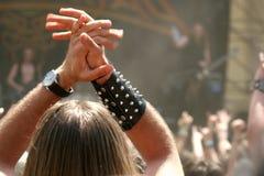 Πλήθος λικνίσματος στο φεστιβάλ/τη συναυλία βαρύ μετάλλου στοκ φωτογραφίες