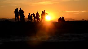 Πλήθος και ηλιοβασίλεμα απόθεμα βίντεο