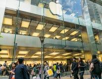 Πλήθος και Apple Store λαών Unidentify στη Hong Στοκ εικόνες με δικαίωμα ελεύθερης χρήσης