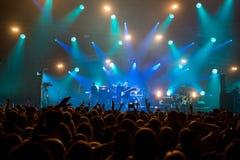Πλήθος μπροστά από το στάδιο στη συναυλία ρόλων βράχου ` ν ` Στοκ Εικόνες