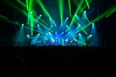 Πλήθος μπροστά από το στάδιο στη συναυλία ρόλων βράχου ` ν ` Στοκ εικόνες με δικαίωμα ελεύθερης χρήσης