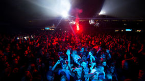 Πλήθος μπροστά από το στάδιο στη συναυλία ρόλων βράχου ` ν ` Στοκ φωτογραφία με δικαίωμα ελεύθερης χρήσης