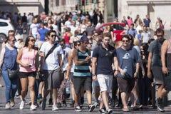 Πλήθος περπατήματος τουριστών Στοκ Εικόνα