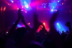 Πλήθος που έχει τη διασκέδαση σε μια συναυλία στοκ φωτογραφίες