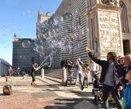 Πλήθος που αγαπά τις φυσαλίδες σαπουνιών Στοκ Φωτογραφίες