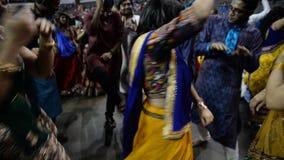 Πλήθος που απολαμβάνει το τραγούδι του βασιλιά garba του Gujarat, Atul purohit στο Σικάγο απόθεμα βίντεο