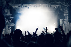 Πλήθος σε μια συναυλία μουσικής, ακροατήριο που αυξάνει τα χέρια επάνω, που τονίζονται στοκ φωτογραφίες με δικαίωμα ελεύθερης χρήσης