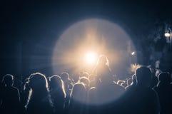 Πλήθος σε μια συναυλία σε ένα εκλεκτής ποιότητας φως στοκ φωτογραφία με δικαίωμα ελεύθερης χρήσης