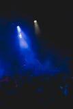 Πλήθος στην κενή σκηνή μουσικής που περιμένει τη ορχήστρα ροκ Στοκ φωτογραφία με δικαίωμα ελεύθερης χρήσης