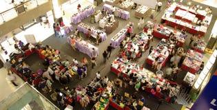 Πλήθος στη λεωφόρο, αγορές πώλησης Στοκ εικόνες με δικαίωμα ελεύθερης χρήσης