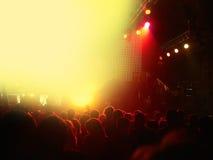 Πλήθος στη συναυλία βράχου μπροστά από τη φωτισμένη σκηνή Στοκ Εικόνες