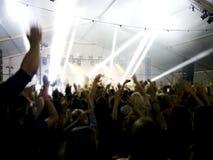 Πλήθος στη συναυλία - ενθαρρυντικό πλήθος μπροστά από τα φωτεινά ζωηρόχρωμα φω'τα σκηνών Στοκ φωτογραφίες με δικαίωμα ελεύθερης χρήσης