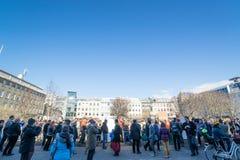 Πλήθος στο κύριο τετράγωνο στο Ρέικιαβικ, που καταδεικνύει ενάντια Στοκ Φωτογραφία