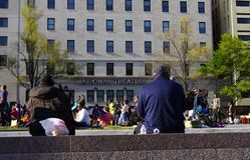 Πλήθος στο πάρκο έξω από το εθνικό θέατρο στο συνεχές ρεύμα Στοκ φωτογραφία με δικαίωμα ελεύθερης χρήσης