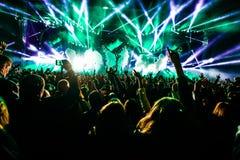 Πλήθος συναυλίας με τους πλήρεις φωτισμούς, σκηνή, CO2 Στοκ εικόνα με δικαίωμα ελεύθερης χρήσης