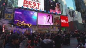 Πλήθος της Νέας Υόρκης, ΗΠΑ με να διαφημίσει το τετράγωνο πινάκων διαφημίσεων κατά περιόδους φιλμ μικρού μήκους