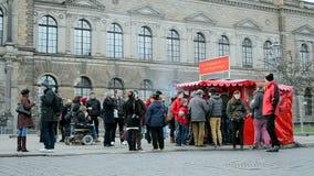 Πλήθος τουριστών κοντά στη στοά των παλιών δασκάλων, Δρέσδη, Γερμανία, απόθεμα βίντεο