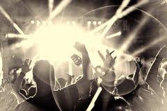 Πλήθος του ακροατηρίου με τα χέρια που αυξάνεται σε ένα φεστιβάλ μουσικής στοκ εικόνες
