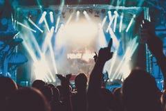 Πλήθος του ακροατηρίου με τα χέρια που αυξάνεται σε ένα φεστιβάλ μουσικής στοκ εικόνα με δικαίωμα ελεύθερης χρήσης