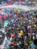 Πλήθος των ανθρώπων που γιορτάζουν το παραδοσιακό φεστιβάλ έτους Songkran νέο Στοκ εικόνες με δικαίωμα ελεύθερης χρήσης