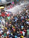 Πλήθος των ανθρώπων που γιορτάζουν το παραδοσιακό φεστιβάλ έτους Songkran νέο Στοκ εικόνα με δικαίωμα ελεύθερης χρήσης