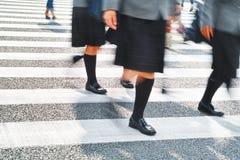 Πλήθος των ανθρώπων που περπατούν στην οδό ζέβους περάσματος Στοκ εικόνες με δικαίωμα ελεύθερης χρήσης
