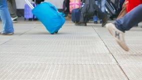 Πλήθος των ανθρώπων που περπατούν στην πλατφόρμα φιλμ μικρού μήκους