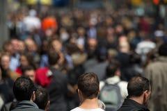 Πλήθος των ανθρώπων που περπατούν στο πεζοδρόμιο οδών Στοκ εικόνα με δικαίωμα ελεύθερης χρήσης
