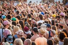 Πλήθος των ανθρώπων σε ένα θερινό φεστιβάλ Στοκ Φωτογραφίες