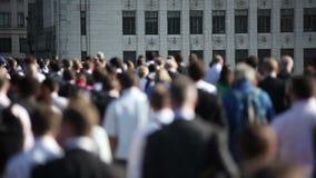 Πλήθος των για τους πεζούς κατόχων διαρκούς εισιτήριου στη γέφυρα 04 του Λονδίνου φιλμ μικρού μήκους