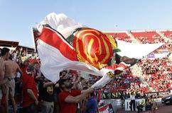 Πλήθος των θεατών στις στάσεις του αγωνιστικού χώρου ποδοσφαίρου Στοκ Φωτογραφίες