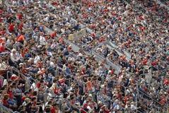Πλήθος των θεατών στις στάσεις του αγωνιστικού χώρου ποδοσφαίρου Στοκ εικόνα με δικαίωμα ελεύθερης χρήσης