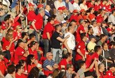 Πλήθος των θεατών στις στάσεις του αγωνιστικού χώρου ποδοσφαίρου Στοκ φωτογραφίες με δικαίωμα ελεύθερης χρήσης