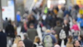 Πλήθος των κατόχων διαρκούς εισιτήριου στο σταθμό τρένου απόθεμα βίντεο