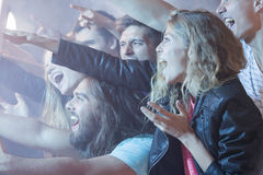 Πλήθος των νέων στη συναυλία στοκ φωτογραφία με δικαίωμα ελεύθερης χρήσης