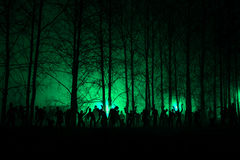 Πλήθος των πεινασμένων zombies στα ξύλα Στοκ εικόνες με δικαίωμα ελεύθερης χρήσης