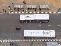 Πλήθος των προσώπων που περιμένουν σε μια στο κέντρο της πόλης στάση λεωφορείου στο Γκρόνινγκεν, ΝΕ Στοκ Φωτογραφίες