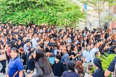 Πλήθος των ταϊλανδικών βαρκών επιβατών ανθρώπων στην αποβάθρα Maharaj για να προσέξει τη βασιλική πομπή το σώμα του βασιλιά Στοκ Εικόνα