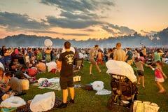 Πλήθος φεστιβάλ φαναριών στο ηλιοβασίλεμα Στοκ εικόνες με δικαίωμα ελεύθερης χρήσης