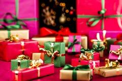 Πλήθος δώρων Χριστουγέννων που διαδίδονται έξω στοκ εικόνα