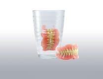 Πλήρεις οδοντοστοιχίες στο γυαλί Στοκ φωτογραφία με δικαίωμα ελεύθερης χρήσης