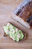 Πλήρες ανοικτό σάντουιτς ψωμιού καλαμποκιού με το κρεμμύδι και τις γαρίδες αβοκάντο Στοκ Εικόνα
