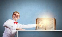 πλήρες απομονωμένο κεφάλι λευκό γνώσης έννοιας βιβλίων ανασκόπησης Στοκ Εικόνες