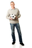 Πλήρες ευτυχές ώριμο άτομο μήκους με μια σφαίρα ποδοσφαίρου Στοκ Εικόνες